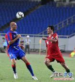 图文:[中超]重庆VS河南 布鲁诺头球解围