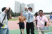 图文:[中甲]理工0-3恒大 李章洙答谢球迷