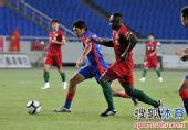 图文:[中超]重庆1-0河南 奥贝突破受阻