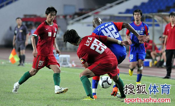 图文:[中超]重庆1-0河南 布鲁诺遭夹击
