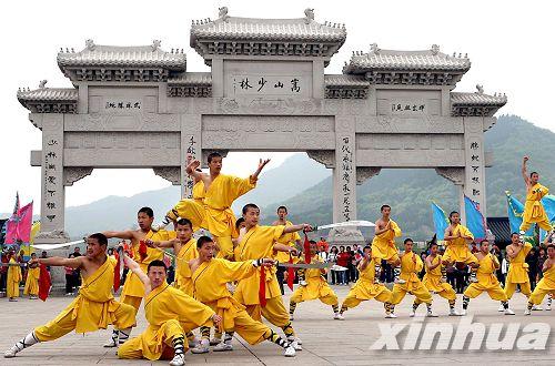少林武僧们在嵩山少林寺风景区的石牌坊前列阵迎宾(资料照片).