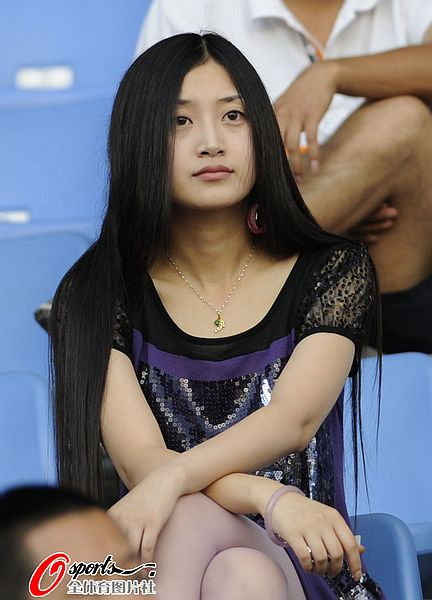 女球迷酷似歌星艾敬