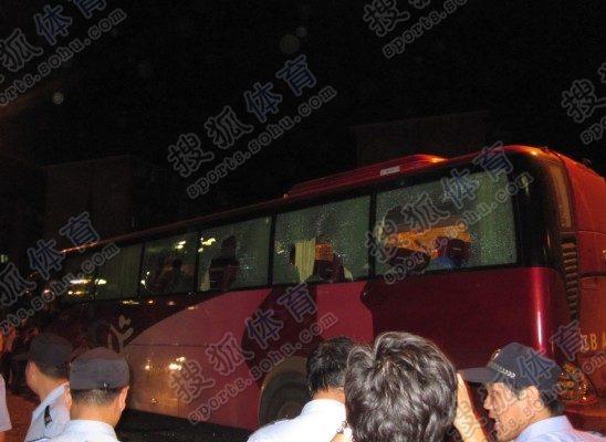 大巴车玻璃碎了