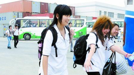 富士康第二批员工抵达郑州工厂,更多的员工随后将陆续进驻商报记者 王棣/摄