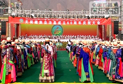 天祝/8月1日,天祝团结广场上,藏族群众举起哈达,欢迎各方客人