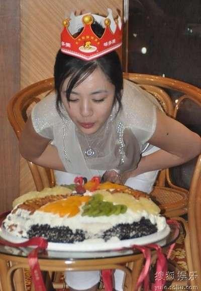 王晓晨22岁生日吹蜡烛