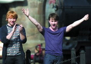 """""""波特""""丹尼尔(右)和""""罗恩""""鲁伯特(左)上个月参加""""哈利・波特主题乐园""""开幕式。两人如今离开""""波特""""剧组,在电影界重新开始。"""