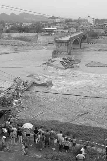 大桥垮塌现场