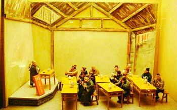 """图为用面塑作品展示的老北京评书茶馆,在这里顾客可以边品茶边听评书,又被老北京人称为""""书场儿""""。"""