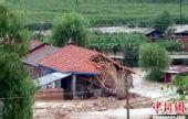 图:吉林一村民洪水中蹲守房顶5小时逃生