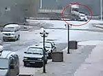 货车撞飞小轿车200多米