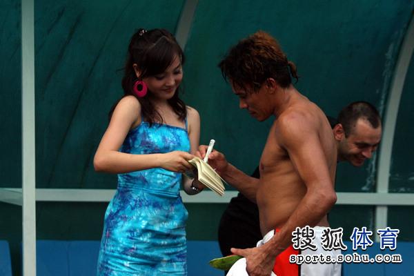 莱昂半裸为美女签名