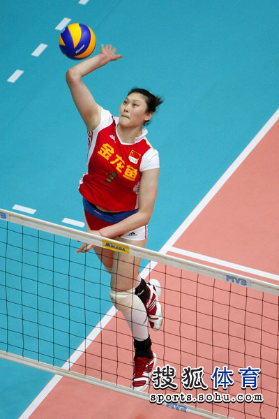 图文:女排大奖赛中国开门红 王一梅跃起扣球