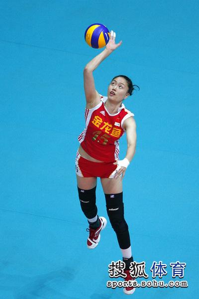 图文:女排大奖赛中国开门红 马蕴雯正在发球