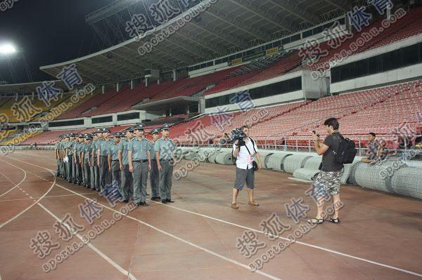 保安列队引西班牙记者兴奋