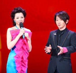 刘谦与董卿搭档在春晚中演出。(资料图)