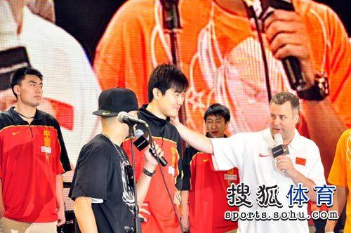 图文:男篮世锦赛出征仪式 邓华德夸赞王仕鹏