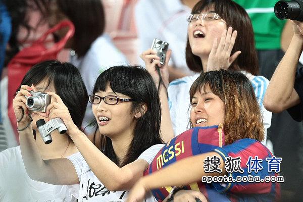 女球迷拿着相机照相