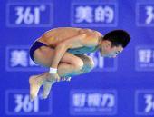 图文:明星赛武汉站男子10米台 陈艾森抱膝翻转