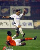图文:[中超]山东1-0胜天津 何塞躲过飞铲