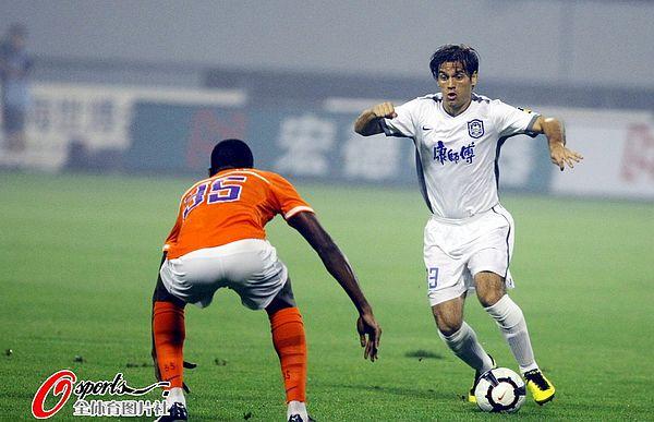 图文:[中超]山东1-0胜天津 凯塔防守何塞