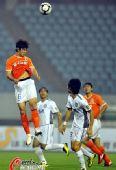 图文:[中超]山东1-0胜天津 周海滨头球解围