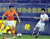 图文:[中超]山东1-0胜天津 邓卓翔带球进攻