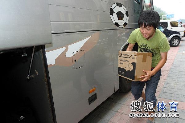 图文:新女足北京集结 张睿整理物品