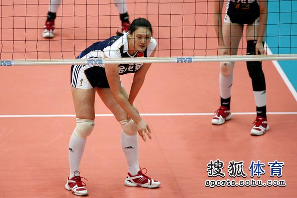 图文:大奖赛中国女排VS荷兰 王一梅做手势