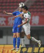图文:[中超]长沙VS杭州 杜威争顶