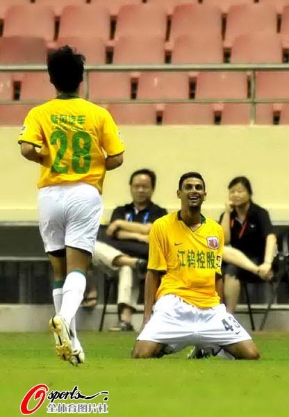 图文:[中超]上海VS南昌 桑德罗庆祝