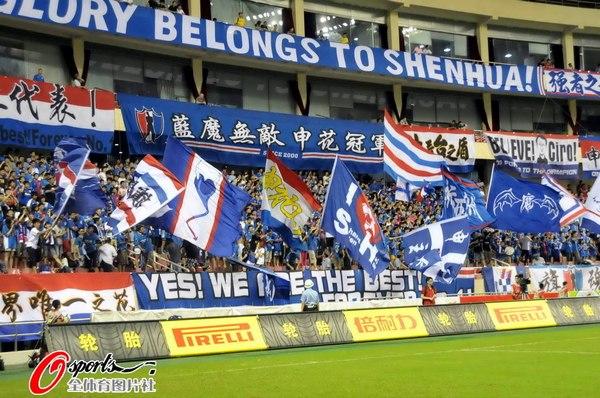 图文:[中超]上海VS南昌 热情的上海球迷