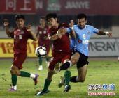 图文:[中超]河南0-1大连 赵鹏阻击马丁