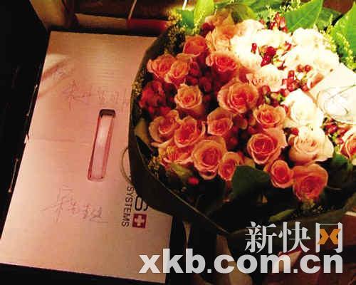 宋柯送的玫瑰花与贺卡