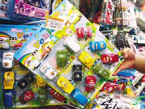 图为没有3C认证标识的儿童卡通车玩具。杨雪菲摄