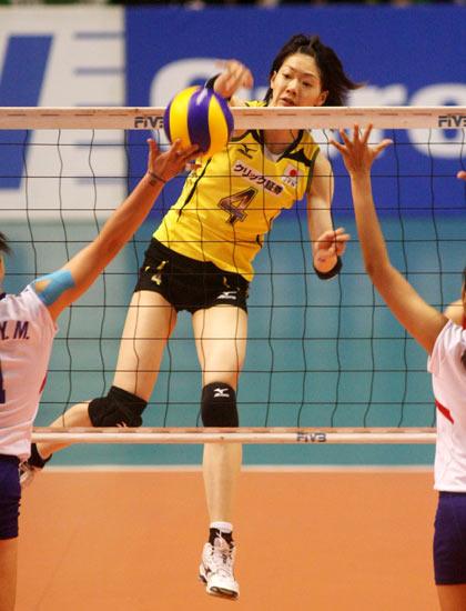 图文:日本女排3-0中华台北 井上香织弹跳出众