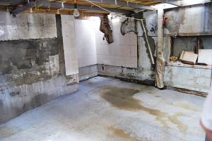 开挖的地下室表面经受不住压力,不断开裂。