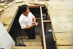 地下室水平面跟房屋的相比低了有一人多高。柳扬 摄