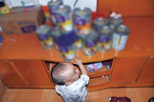 尽管已经停用该奶粉,小菲看到奶粉罐还是很兴奋。刘永晓/摄