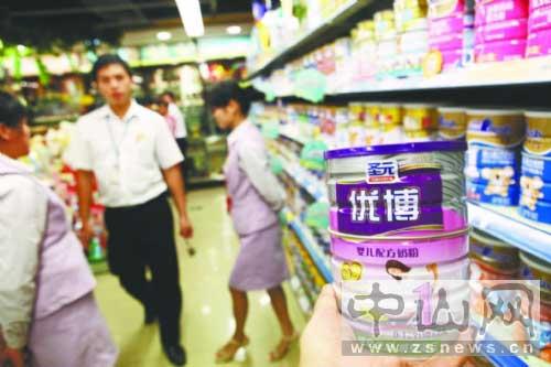 昨天,记者先后走访广东中山市城区华润万家、百佳、大润发、壹加壹等几大超市,看到各家超市的奶粉柜台上仍摆放着多款圣元奶粉。见习记者赵学民摄 图片来源:中山日报