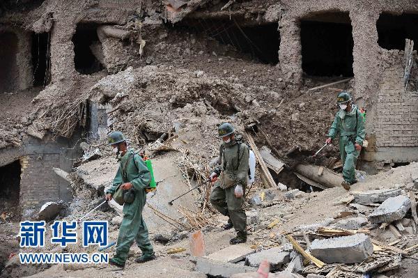 兰州军区某部防化团官兵在甘肃省舟曲县泥石流灾害现场进行防疫工作。新华社记者 王鹏 摄