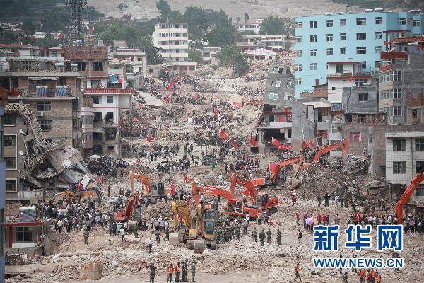 解放军、武警和当地群众正在舟曲救援现场全力搜救。新华社记者 李刚 摄