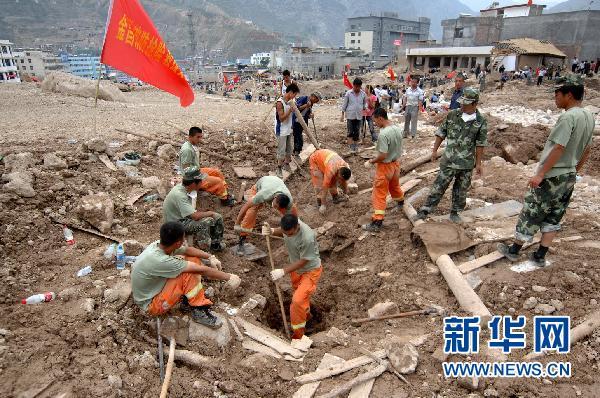救援人员在舟曲县城关乡月圆村实施搜救。新华社记者 聂建江 摄