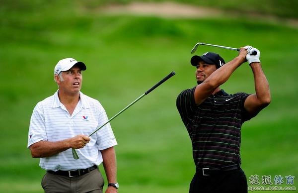 图文:美国PGA锦标赛练习轮 伍兹与球童