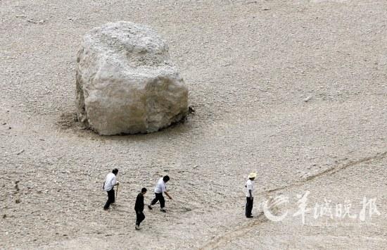 被泥石流冲到县城的巨石