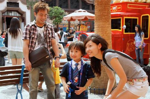 子小小彬_小小彬一家人畅游新加坡环球影城