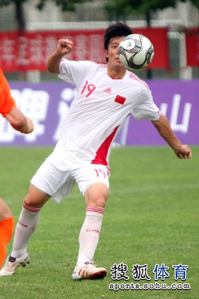 图文:[潍坊杯]国青2-0进决赛 张稀哲临空怒射