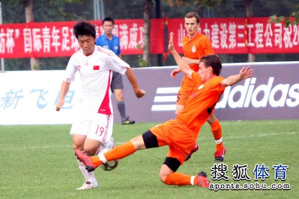 图文:[潍坊杯]国青2-0进决赛 张稀哲突破