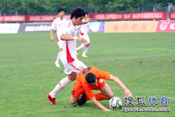图文:[潍坊杯]国青2-0进决赛 拼抢激烈