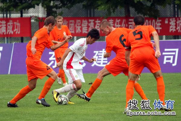 图文:[潍坊杯]国青2-0进决赛 杨一虎被围堵